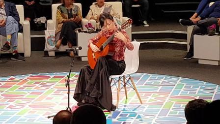 杨雪霏在阿布扎比弹彝族舞曲