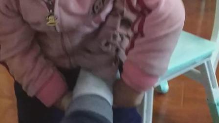 丁丁帮妈妈穿鞋子