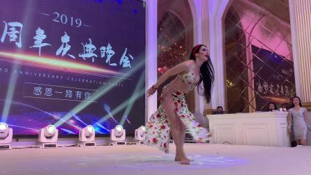 杭州市太拉国际舞蹈瑜伽培训学校 —— 今天为大家呈上太拉国际签约国际名师——来自乌克兰的Alina女神在太拉国际三周年庆典晚会中演出的baladi