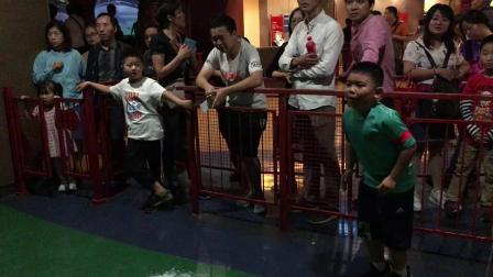 【7岁】10-1哈哈国庆节在上海科技馆玩足球射门游戏IMG_0905.MOV