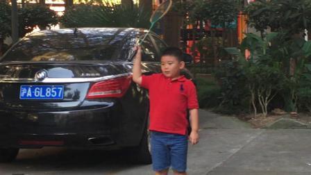 【7岁】10-1哈哈在浦东哥哥家打老式木质拍子羽毛球IMG_0913.MOV