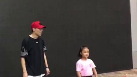 流行舞教父小船老师让女儿做示范