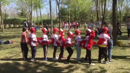 孩子们在一起玩老鹰抓小鸡的游戏
