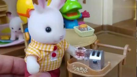 小企鹅和小兔子们超爱吃面包真开心呀