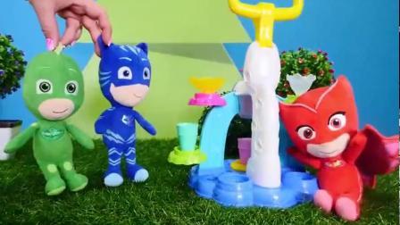 小小蒙面侠用冰淇淋机做甜品吃的玩具故事