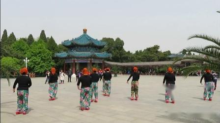 中山公园姐妹表演舞蹈《人说山西好风光》(2)2019年4月21日。