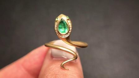 一枚新款。25分哥伦比亚祖母绿,搭配小灵蛇的造型,又酷又日常,很喜欢这样简单的高级,日常的精致。金重4.6g,钻石5分。