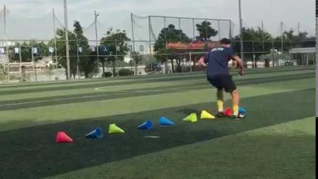 足球私教课上的教练示范