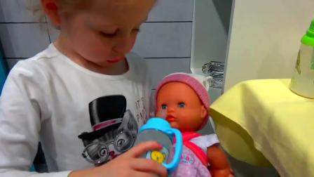 小萝莉带玩具小宝宝去买蛋糕过生日 购物 到游乐场玩
