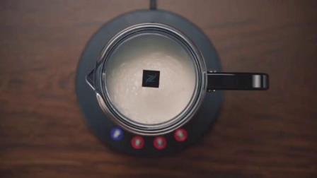 [NESPRESSO冬日食谱]以烘烤焦糖风味的莉梵朵咖啡为基础,加入黑巧克力、奶泡和可可粉的丝滑拿铁,香浓暖心