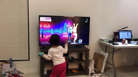 20190111爱玛4岁半这是在跟着电视学跳舞吗?