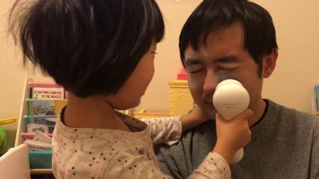 20190112爱玛4岁半给爸爸用仪器按摩脸部