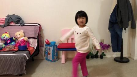20190129爱玛4岁半妈妈弹琴边录像孩子跳舞边打岔