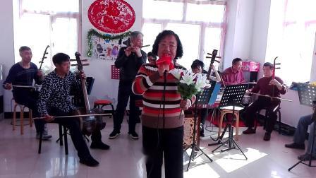 北安市快乐乐队。北苑社区艺术团。歌曲《草原夜色美》曹凤文演唱。