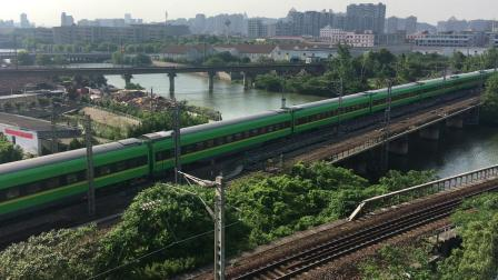 沪昆线D5687次(动集)通过杭州南站枢纽总出站信号机