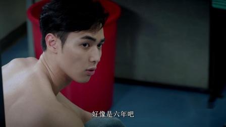 《机动部队》03 粤语 机动队员们在更衣室里议论家声,觉得他过往很神秘,比小混混还小混混