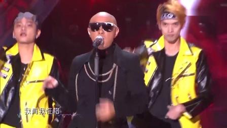 """""""大帅哥""""张卫健空降跨年夜,一曲《大无畏》嗨爆全场"""