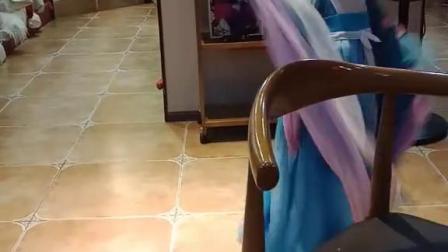 在这里拍了古装照来选照片,小女孩也在拍她妈妈在帮她拍跳舞视频古装 汉服汉服汉汉服变身