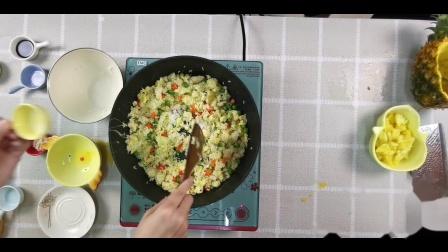 一道酸甜可口的黄金菠萝炒饭 夏天慢慢挑起你的味蕾 用尚朋堂电磁炉美味就是这么简单