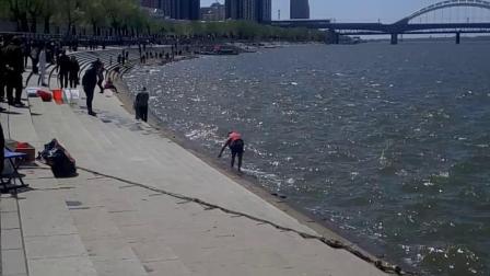 那么冷的天他居然海下河游泳?