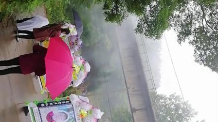 益阳赫山龙光桥镇黄家桥村卢乐华的老婆曾枚花登山视频(下)