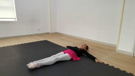 舞蹈—地面踢前腿(青藤艺术培训机构)