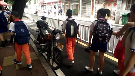 2019年05月16日11:48南平市延平区文体路,学生通道停着摩托车