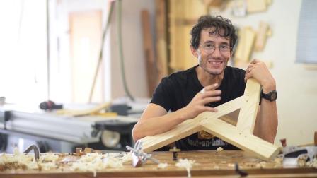 手工木工,组装一个水平的三角形面板Travail du bois à la main, Assemblage d'un panneau triangulaire