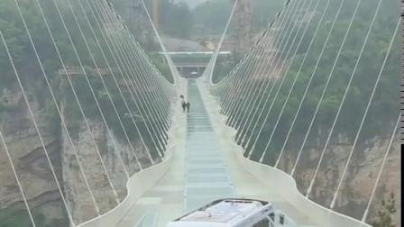 中国的无人驾驶汽车挑战张家界玻璃桥。