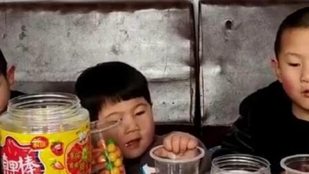 吃播一家人:妈妈发火龙果、叉子棒棒糖、兔牙软糖,太棒了!