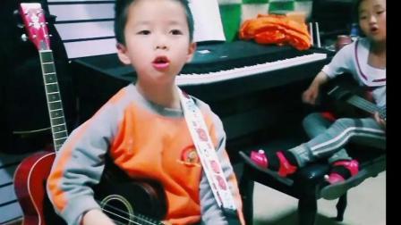 小学员尤克里里弹唱练习中