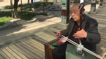 三门峡市农村老大爷,板胡拉奏传统的河南戏曲,好听还是家乡戏
