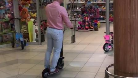 爱尔威电动折叠滑板车使用方便,轻小灵活,商超都可随意骑行