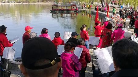 北京玉渊潭公园老年合唱队百人齐唱歌唱祖国震撼画面