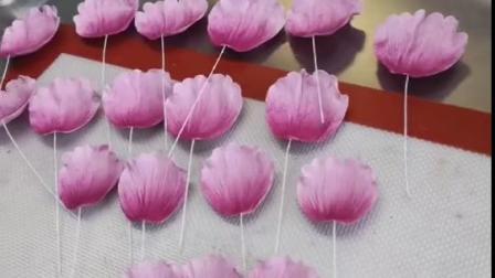翻糖牡丹花 翻糖糖花制作在于用心,耐心 翻糖花可用于装饰蛋糕,也可以制作成永生花,不会枯萎,永久保存。 想拥有这个技能吗😉v我呀🤔