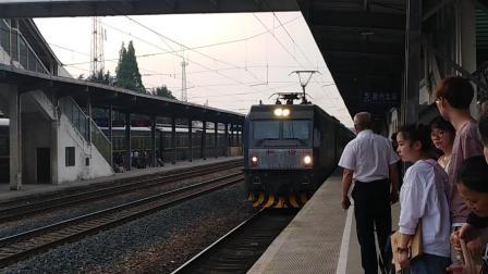 k8385(亳州——上海)进滁州北站。