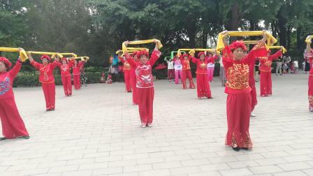 老年人防跃倒毛巾操。东方俱乐部北京市海淀区八里庄北里。