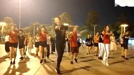 性感美女领跳广场舞《流泪的情人》舞步专业,好看好学