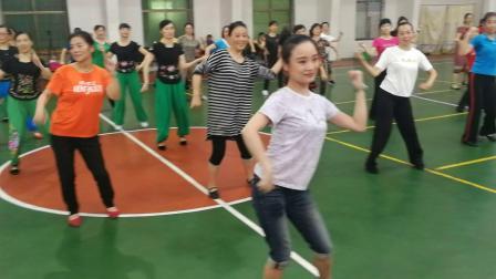 郴州市广场舞培训班李苏秦老师带领学员跳《友爱一枝花》。