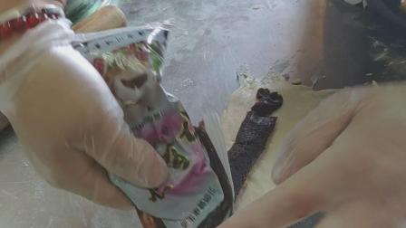 吐司面包5 第3次整形加入豆沙馅放入吐司盒