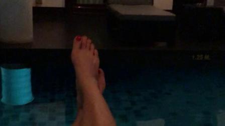 bty门口就是游泳池