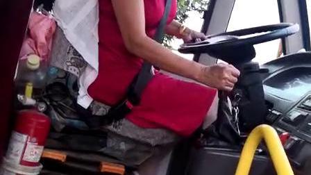 湖北省黄冈市黄梅县明珠校车公司濯港镇小学一校车司机放学送小孩回家在急转弯的时候车速非常快而且没有带刹车还在玩手机这样的司机完全是对小孩安全不负责希望明珠公司处理