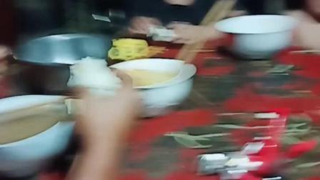 山西省运城市绛县陈村镇东荆上村的一家人正在吃饭