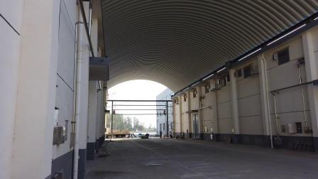 仓间罩棚拱形屋顶正在吊装
