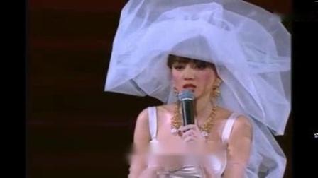 我在【梅艳芳】夕阳之歌,她把自己嫁给了音乐和歌迷,演唱会上含泪唱完了这首歌截取了一段小视频