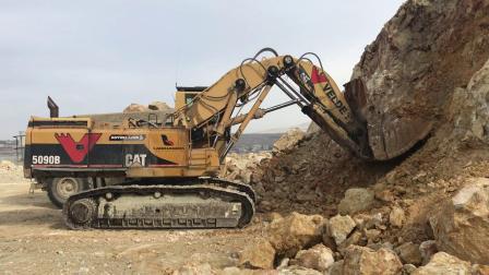 卡特彼勒5090B正铲挖掘机在装载卡特自卸车