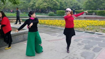 翩翩和香香表演《武汉柔情中三》
