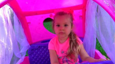 小女孩在户外玩气垫床玩具小汽车玩具