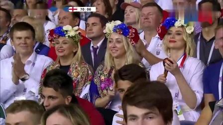 2018世界杯半决赛:看台三位带花环的美女球迷(詹俊、李元魁)