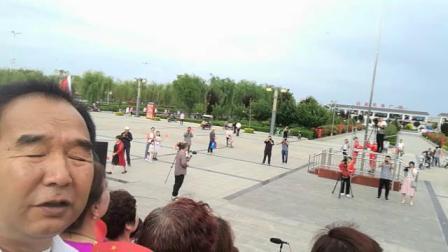 凤翔《枫叶》与友谊团队在县城西区广场举办庆七一红歌快闪活动(陈浩摄制于2019年6月29日上午)